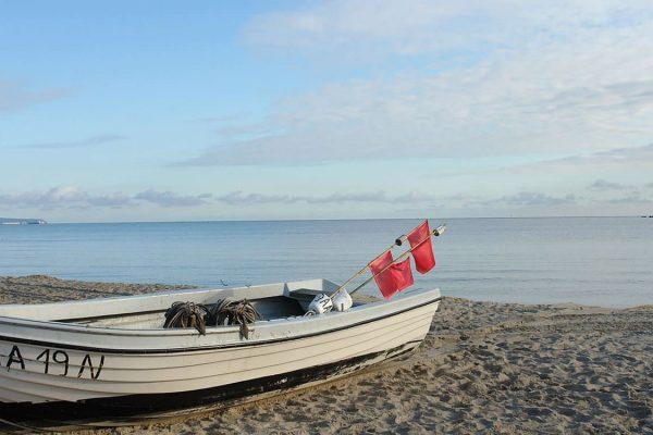 Fischerboot am Strand vom Ostseebad Baabe auf Rügen